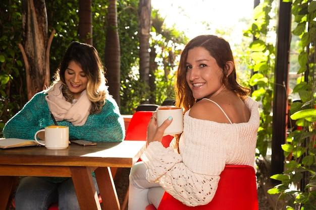 Средний снимок друзей в кафе Бесплатные Фотографии