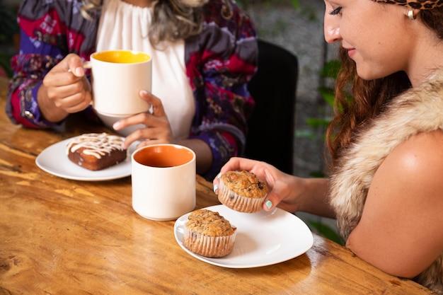 コーヒーショップで女性のミディアムショット 無料写真