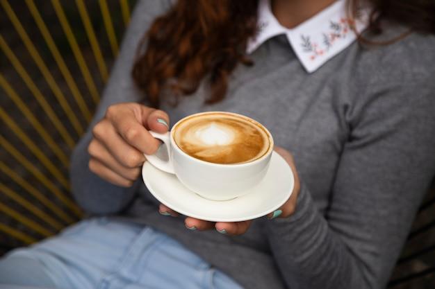 Вид спереди женщины, держащей чашку кофе Бесплатные Фотографии
