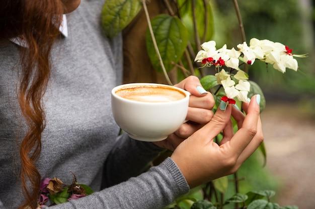 Крупным планом женщина держит чашку кофе Бесплатные Фотографии