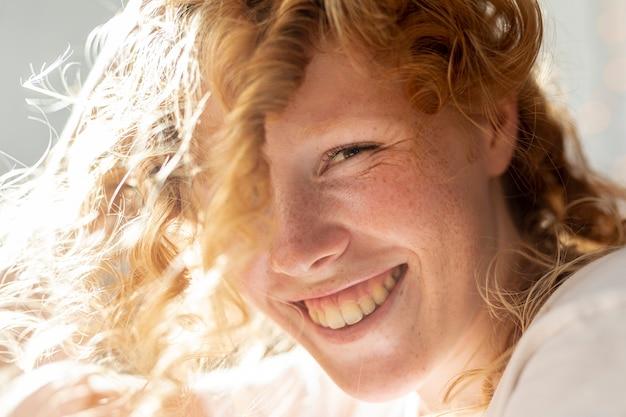 Крупным планом женщина с большой улыбкой Бесплатные Фотографии