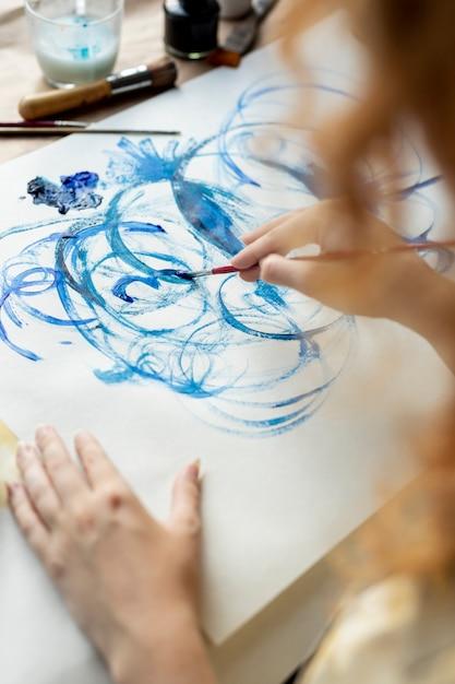 Женщина конца-вверх используя голубую краску Бесплатные Фотографии