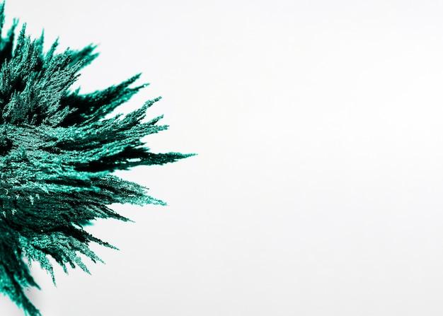 白い背景に緑の磁性金属シェービングのクローズアップ 無料写真