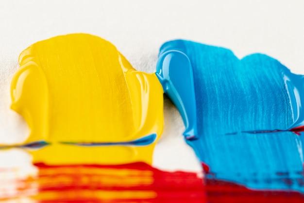 ブラシマークと黄色と青のペイント 無料写真