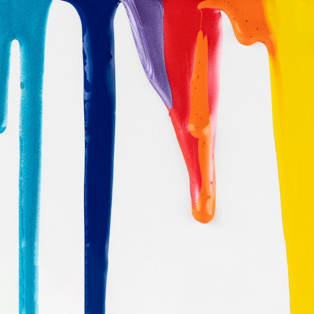 白地にカラフルな塗料を滴下 無料写真