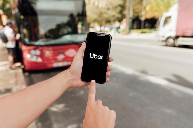 Крупным планом палец, указывающий на экран телефона Бесплатные Фотографии