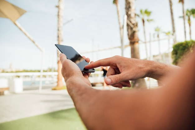 スマートフォンを使用してクローズアップ手 無料写真