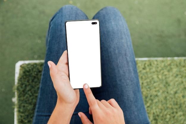 モックアップで画面に触れるクローズアップ指 無料写真