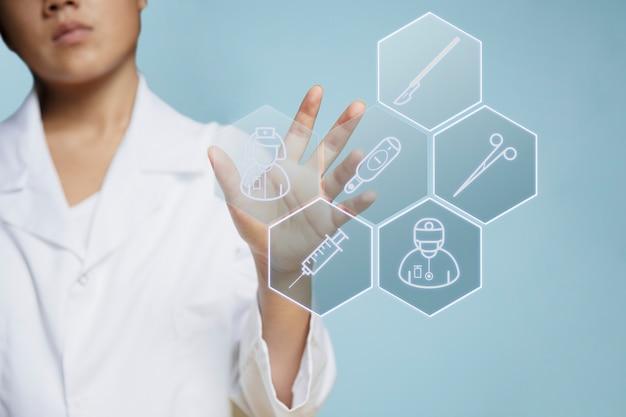 Вид спереди женщины с использованием голографического наложения Бесплатные Фотографии