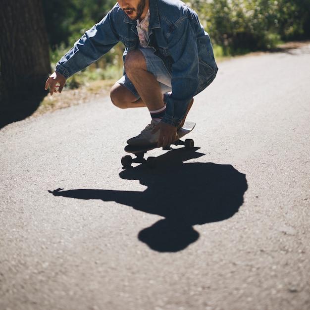 男のスケートボードのミディアムショット 無料写真