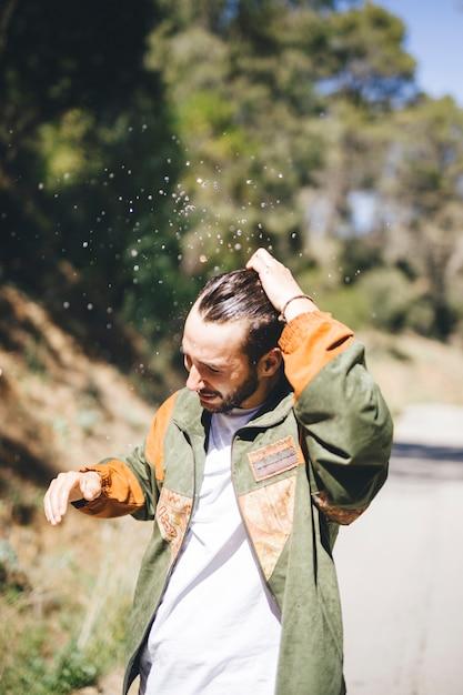 濡れた髪を持つ男の正面図 無料写真
