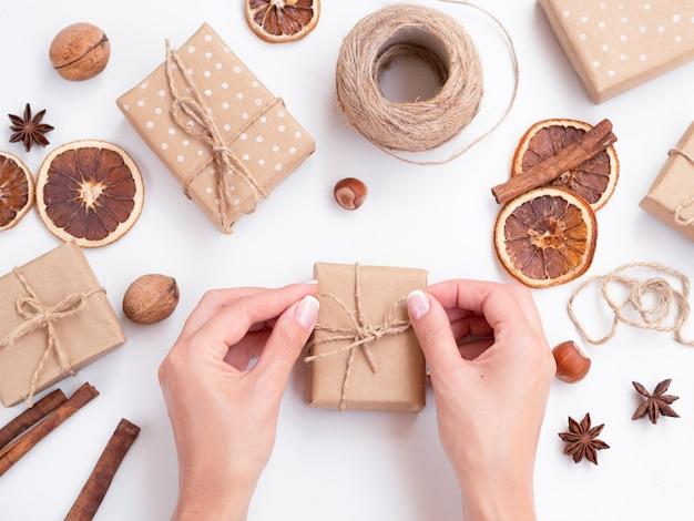 Женщина делает украшенные подарочные коробки Бесплатные Фотографии
