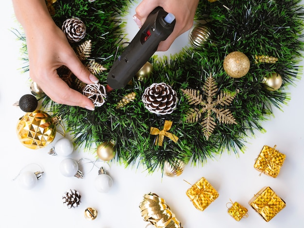 クリスマスの飾りを作る女性のトップビュー 無料写真