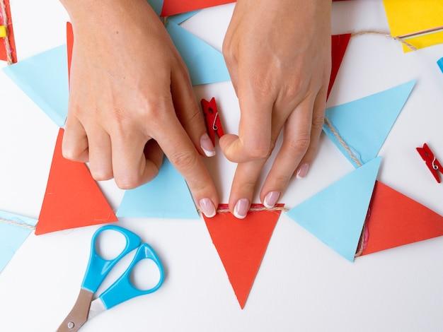 色紙で装飾を作る女性 無料写真