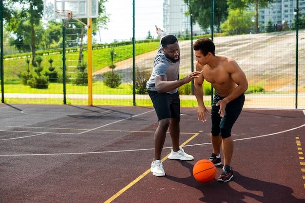 バスケットボールのロングショットを積極的な男 無料写真