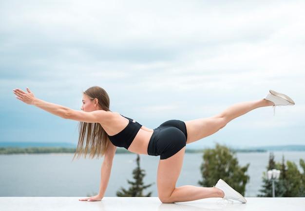 Сексуальная красивая женщина делает упражнения фитнес Бесплатные Фотографии
