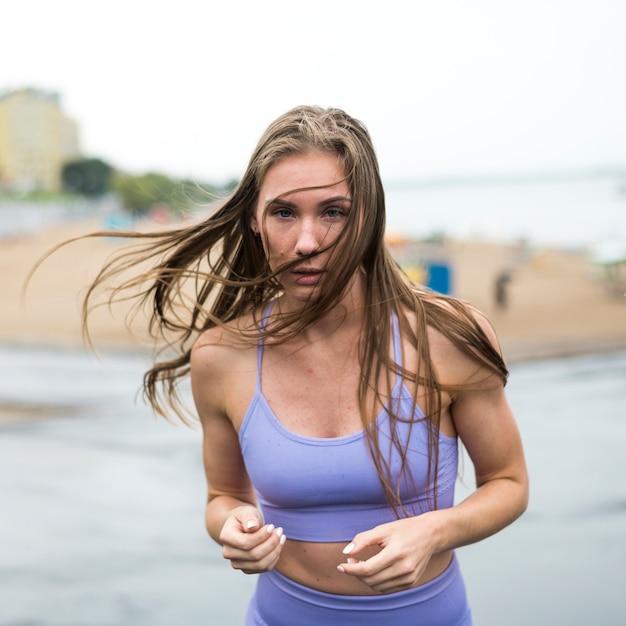 ミディアムショットを実行している運動の美しい女性 無料写真