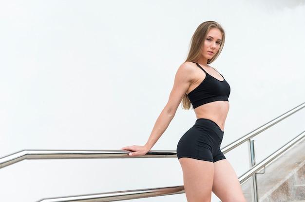 ゴージャスな女性のフィットネス演習ミディアムショット 無料写真