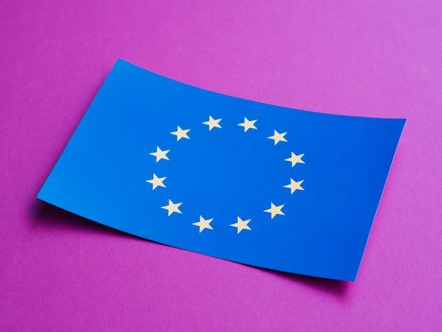 紫色の背景にヨーロッパの国旗と青いカード 無料写真