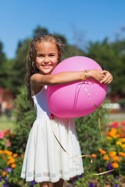 バルーンを保持している女の子の正面図 無料写真