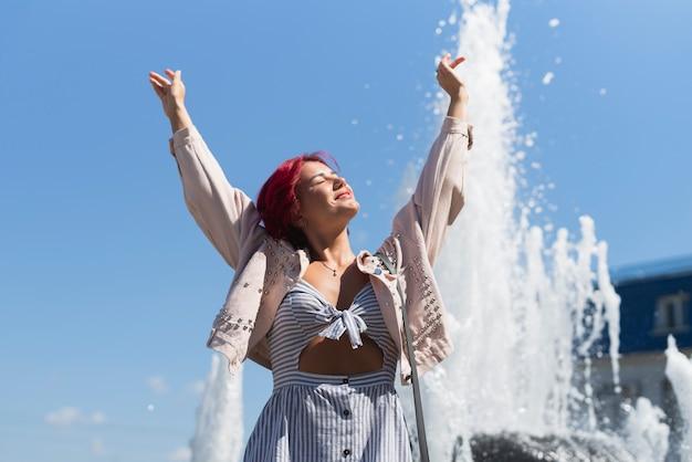 Женщина с фонтаном в фоновом режиме Бесплатные Фотографии