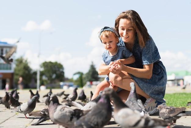 母と娘一緒に公園で 無料写真