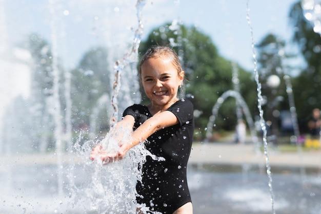 Маленькая девочка играет с водой Бесплатные Фотографии