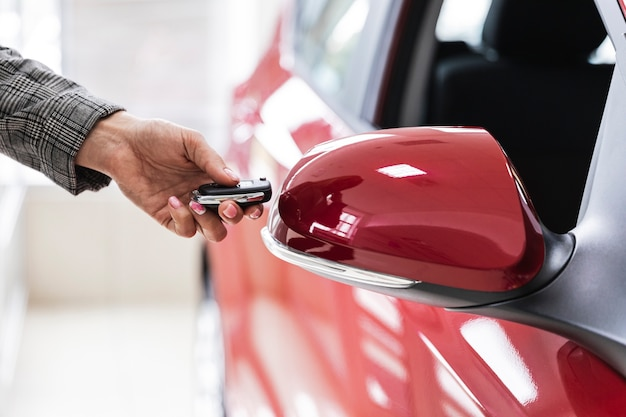 車のキーを保持している女性のクローズアップ 無料写真