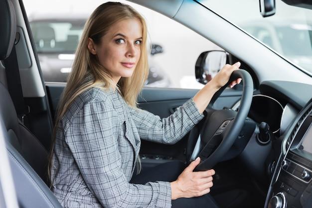 運転席の女性の側面図 無料写真