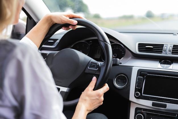 運転の女性の背面図 無料写真