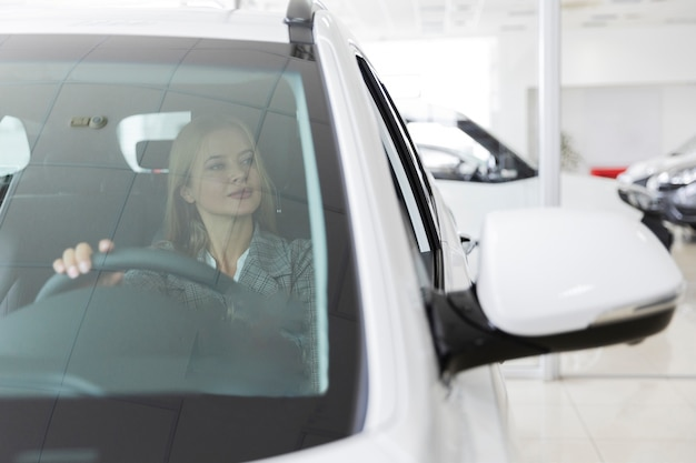 Вид спереди блондинка в машине Бесплатные Фотографии
