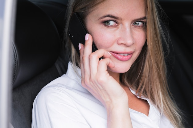 ミディアムショット電話で話している若い女性 無料写真