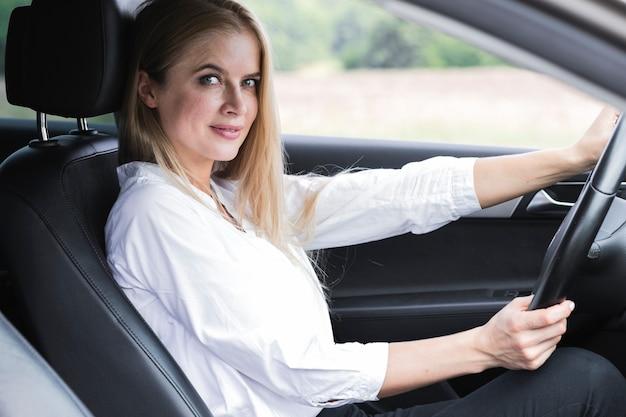 ミディアムショットを運転して美しい若い女性 無料写真