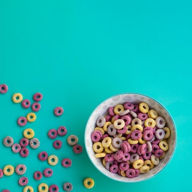 青色の背景に穀物のおいしいボウル 無料写真