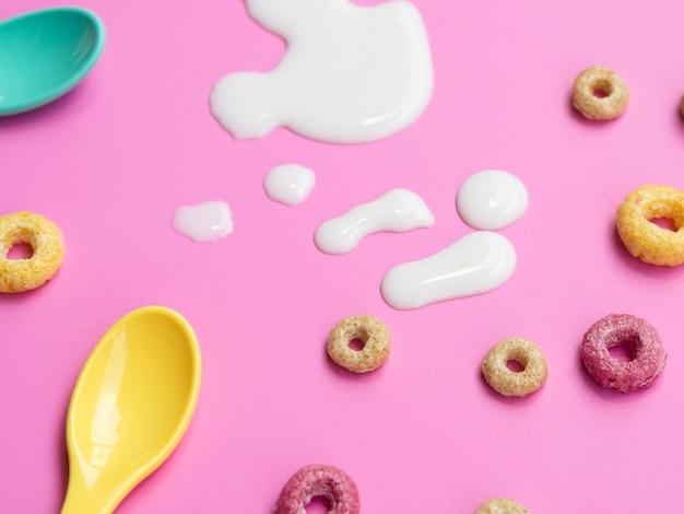 牛乳の滴とクローズアップシリアル 無料写真