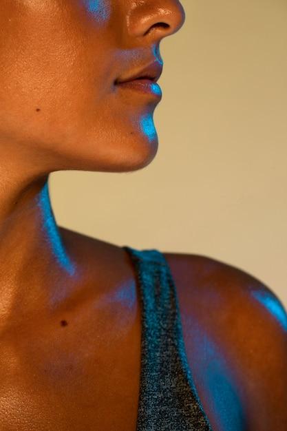 クローズアップ女性のあごの側面図 無料写真