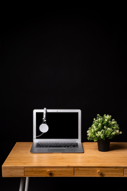 ノートパソコンとヘッドフォンと木製の机 無料写真