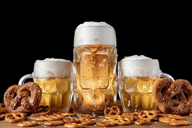 伝統的なバイエルンのビールとプレッツェルをテーブルの上 無料写真
