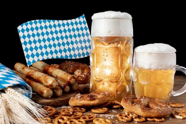 バイエルンの飲み物とスナックをテーブルの上 無料写真