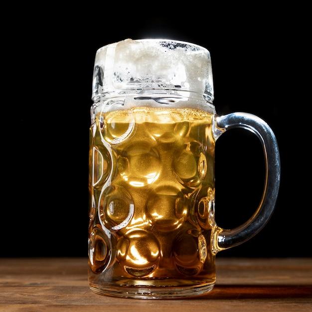テーブルの上のビールのクローズアップのマグカップ 無料写真