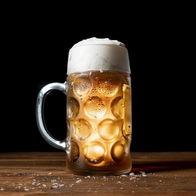 テーブルの上のクローズアップのおいしいオクトーバーフェストビール 無料写真