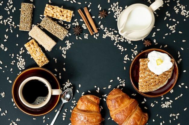 Плоские кладут зерновой пищевой ассортимент с кофе и молоком на простой фон Бесплатные Фотографии