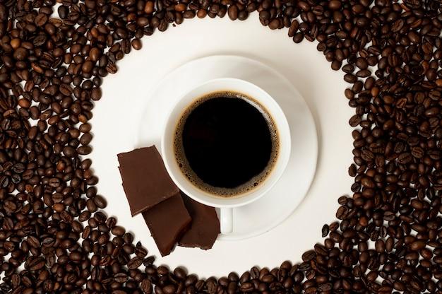 豆の背景にフラットレイアウトコーヒーカップ 無料写真