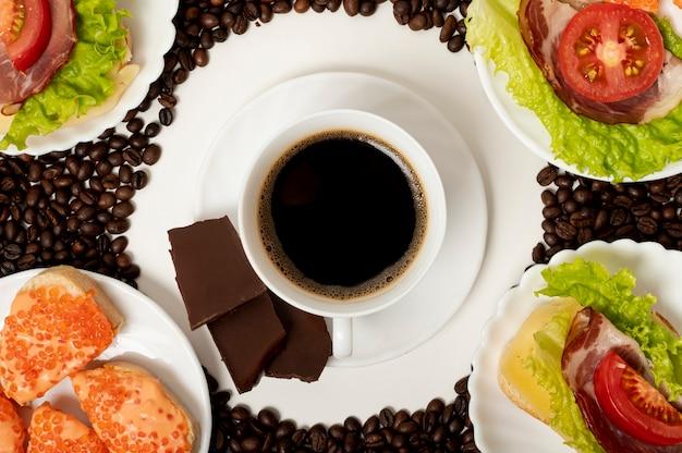 フラットレイコーヒーカップとタンパク質の朝食の配置 無料写真