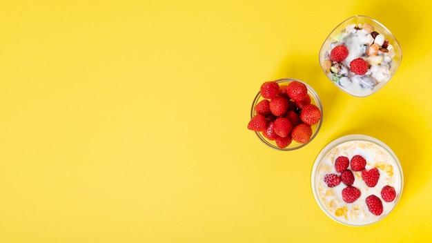 コピースペース新鮮なフルーツシリアル朝食アレンジメント 無料写真