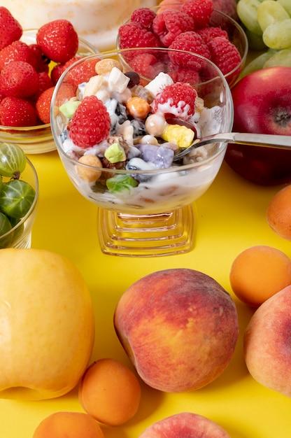 新鮮な果物のアレンジでムスリヨーグルトを閉じる 無料写真