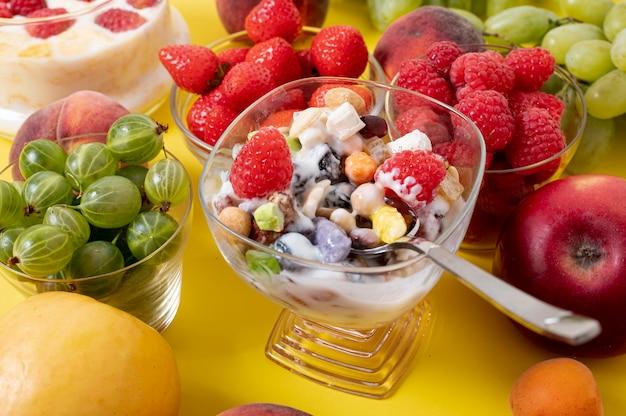 穀物の朝食と新鮮な果物の配置を閉じる 無料写真