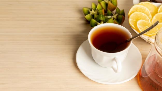 無地の背景にお茶のカップのスペースカップをコピーします。 無料写真