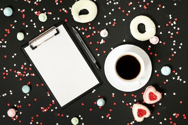 Макет буфера обмена с чашкой кофе и безе печенье Бесплатные Фотографии