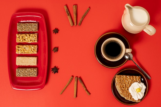 Вид сверху сладкий завтрак на простом фоне Бесплатные Фотографии